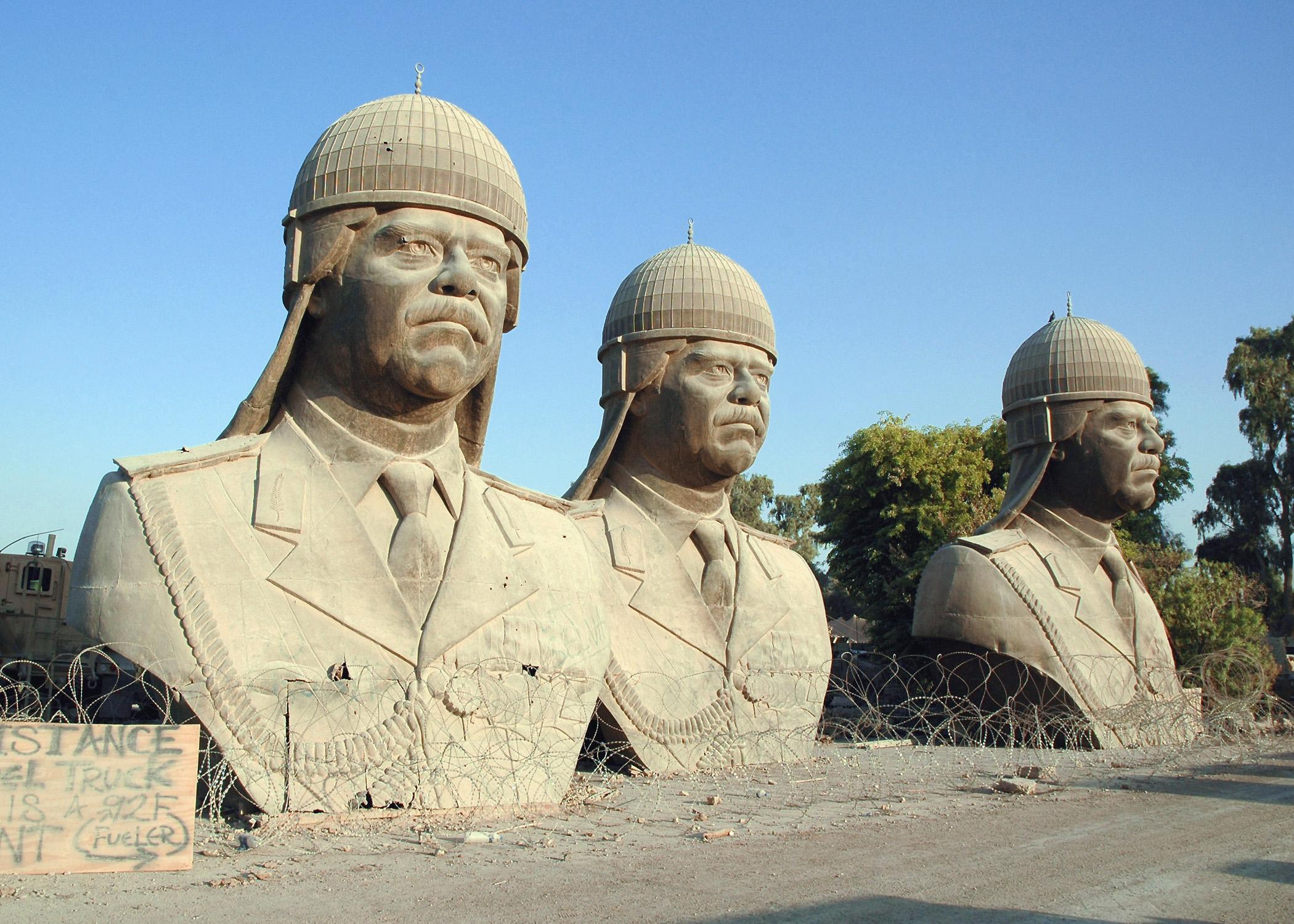 Hatalmas bronzszobrok Szaddám Husszeinről. Fotó: Department of Defense